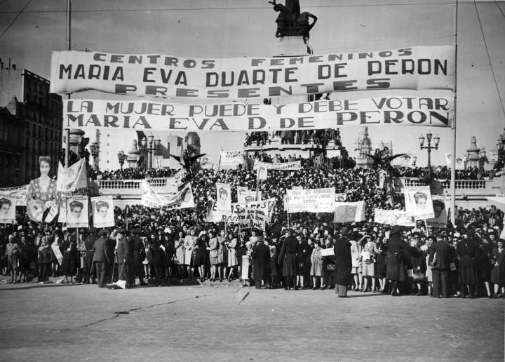 Buenos_Aires_-_Balvanera_-_Manifestación_por_el_voto_femenino_en_1948
