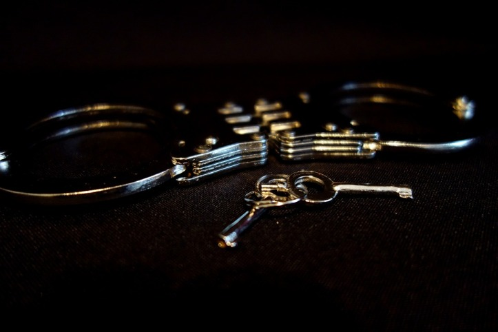 handcuffs-2086357_960_720